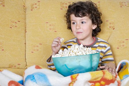 televisor: adorable child Watching TV in his home