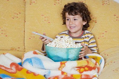adorable ni�o viendo televisi�n en su casa  Foto de archivo - 991346