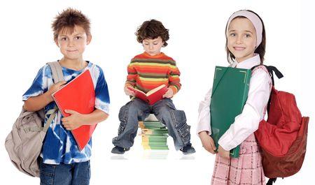 trois enfants: Trois enfants �tudiants une sur fond blanc  Banque d'images