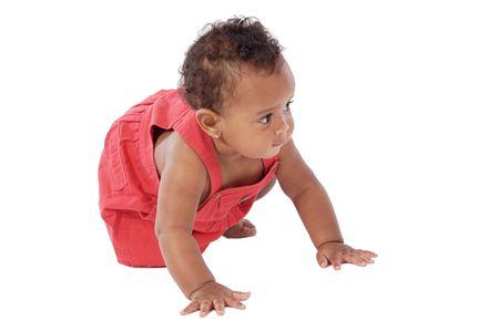 baby crawling: beb� adorable que se arrastra usando un vestido rojo