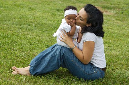 A las mujeres blancas con un beb� negro  Foto de archivo - 2079929
