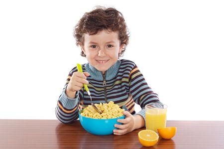 comiendo cereal: Ni�o que come el fondo del blanco del excedente del desayuno a