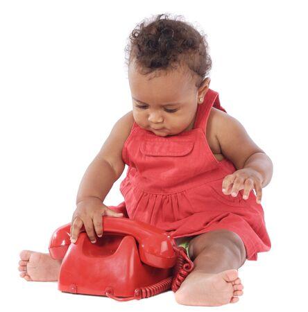 Bebé con teléfono rojo sobre fondo blanco