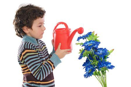 Niño regando flores blancas sobre un fondo  Foto de archivo - 2682060