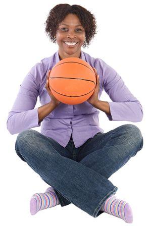 balon baloncesto: Joven mujer con bal�n de baloncesto durante un fondo blanco