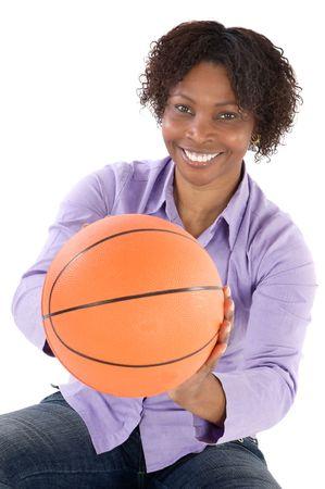 balon baloncesto: mujer con el globo del fondo del blanco del excedente del baloncesto a Foto de archivo