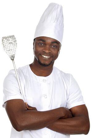 delantal: �frica guapo cocinar con utensilios de cocina en la mano