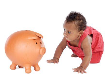 bebe gateando: �frica hermoso beb� de rastreo hacia una hucha  Foto de archivo