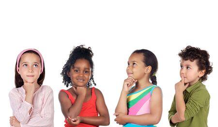 ni�os pensando: grupo multi�tnico de los ni�os una reflexi�n sobre fondo blanco