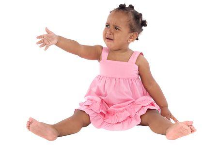 fille pleure: Adorable b�b� pleure sur un fond blanc