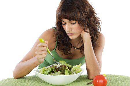 femme triste: Un adolescent de manger triste salade. Soins de son r�gime alimentaire.