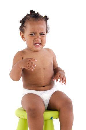 ni�o llorando: African adorable beb� llorando por una rabieta en un fondo blanco