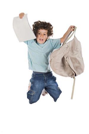 ni�o con mochila: Felices los ni�os saltando con una mochila sobre fondo blanco