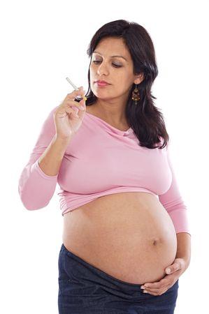 chica fumando: Muy embarazada con un cigarrillo en un fondo blanco