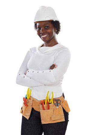hard worker: African American donna con casco e cintura di strumenti su uno sfondo bianco