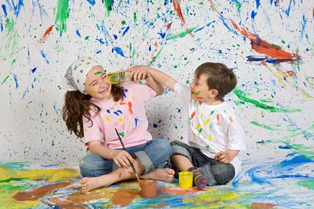 maliziosa: Bambini che giocano con la pittura, con lo sfondo dipinto Archivio Fotografico