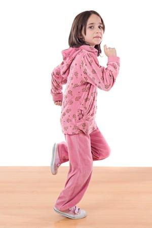 enfant qui court: Joyful petite fille marche sur un fond blanc plus