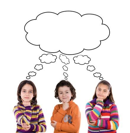 ni�os pensando: Tres hijos adorables pensamiento aislado m�s de blanco