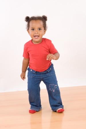 danza africana: Adorable african baby dancing su pavimenti in legno