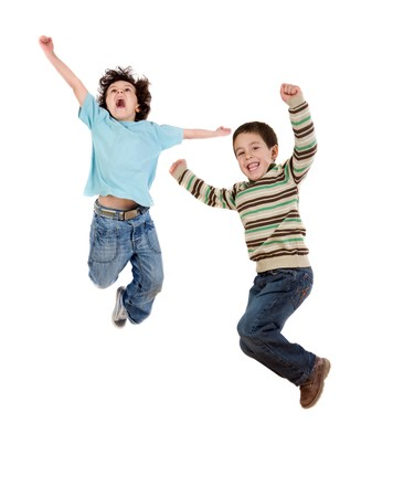 persona saltando: Dos ni�os felices a la vez de saltar sobre un fondo blanco