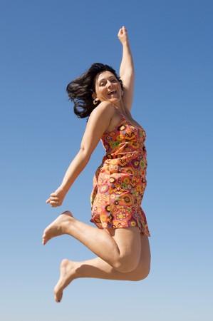 pies bailando: Una hermosa ni�a que volaba sobre el cielo de fondo Foto de archivo