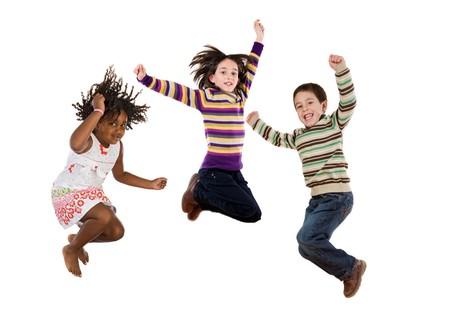 personas saltando: Tres ni�os felices a la vez de saltar sobre un fondo blanco Foto de archivo