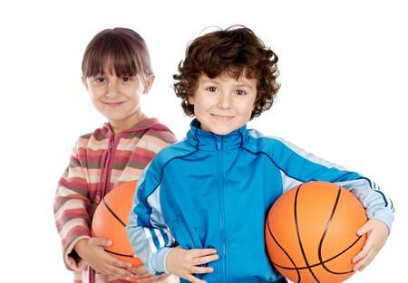 baloncesto chica: Dos adorables ni�os con m�s de baloncesto en un fondo blanco