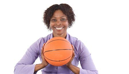 balon baloncesto: Mujer joven con un bal�n de baloncesto m�s de fondo blanco