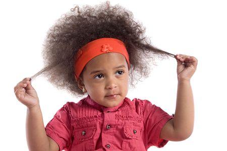 bambini tristi: Adorable african bambino con acconciatura afro isolati su bianco