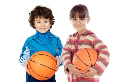canestro basket: Due adorabile con i bambini su un basket su sfondo bianco Archivio Fotografico