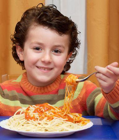 italienisches essen: Adorable Kind essen - Schwerpunkt im Gesicht --