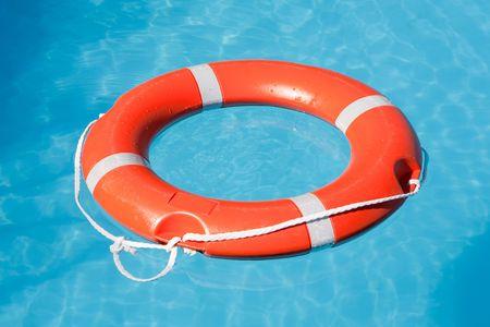 salvavidas: Red de salvamento flotante sobre el agua azul