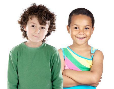 ni�os de diferentes razas: Dos hijos hermosos de diferentes razas, aislados en un fondo blanco