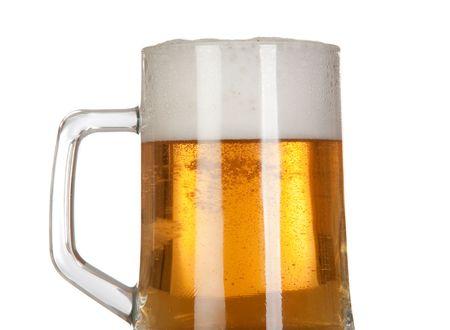jarra de cerveza: Cerveza en una jarra de vidrio sobre fondo blanco aislado Foto de archivo