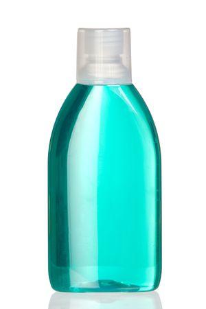 enjuague bucal: Botella de enjuague bucal con una reflexi�n sobre fondo blanco