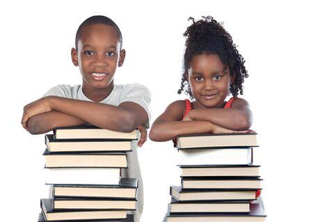 mujer leyendo libro: Hermanos apoyados sobre una pila de libros aislados en blanco