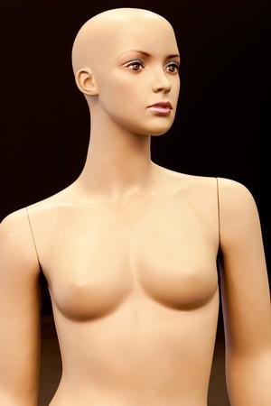 mannequins: Glatze M�dchen Schaufensterpuppe auf schwarzem Hintergrund isoliert Lizenzfreie Bilder