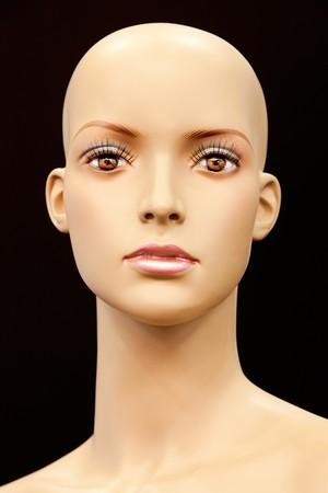 Visage d'un mannequin à tête blanche isolé sur fond noir Banque d'images