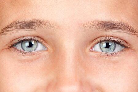 Parte de la cara de una niña bonita con ojos azules  Foto de archivo