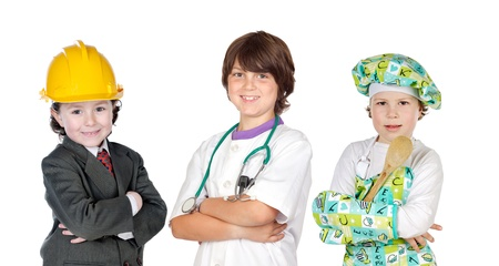 profesiones: Tres ni�os con ropa de la profesi�n de diferentes aislados en blanco