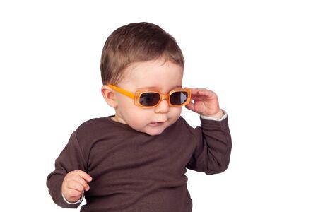 Beau bébé avec des lunettes de soleil isolé sur fond blanc