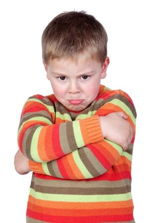 Niño enojado con brazos cruzados aisladas sobre fondo blanco Foto de archivo