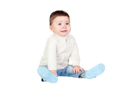 tantrums: Bel bambino sedersi sul pavimento isolato su sfondo bianco