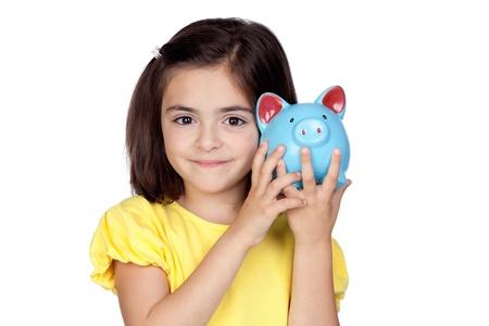 Brunette petite fille avec une tirelire bleu isolé sur un fond blanc Banque d'images