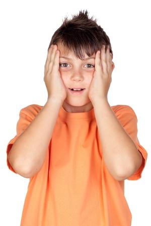 Überraschtes Kind mit dem orange T-Shirt lokalisiert auf weißem Hintergrund Standard-Bild