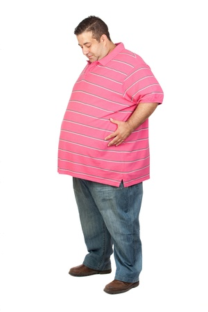 jeans apretados: Hombre gordo con camisa de color rosa sobre fondo blanco