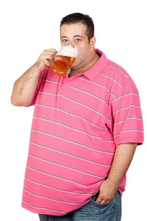 jarra de cerveza: Hombre gordo beber una jarra de cerveza aislada sobre fondo blanco