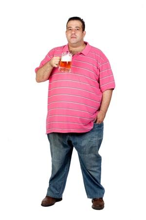 jarra de cerveza: Hombre gordo bebiendo una jarra de cerveza aisladas sobre fondo blanco