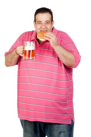 jarra de cerveza: Hombre gordo bebiendo una jarra de cerveza y comiendo hamburguesas aisladas sobre fondo blanco