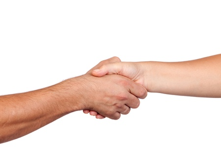 manos juntas: Apret�n de manos entre dos manos aisladas sobre fondo blanco